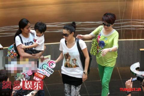 Gia đình Trương Bá Chi luôn bị thợ săn ảnh và các phóng viên bao vây. Cô cùng người mẹ chồng vẫn tươi cười, còn bé Lucas tỏ ra rất hứng thú với ống kính.