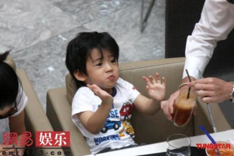 Trương Bá Chi đút mỳ cho bé lớn Lucas.