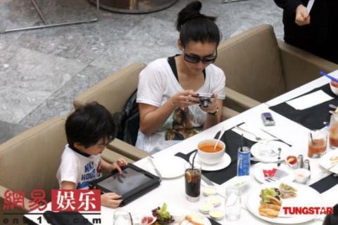 Trương Bá Chi cũng thích chụp ảnh những khoảnh khắc vui vẻ của gia đình và háo hức xem lại.