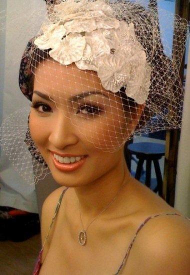 Cô dâu làm điệu trước khi mặc váy cưới.