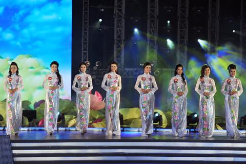 37 thí sinh trình diễn áo dài.