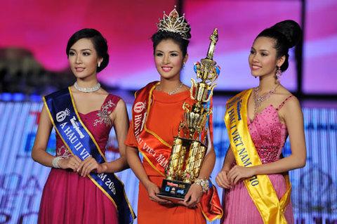 Hoa hậu Đặng Thị Ngọc Hân, Á hậu 1 Vũ Thị Hoàng My (phải) và Á hậu 2 Đặng Thùy Trang. Ảnh: Hoàng Hà.