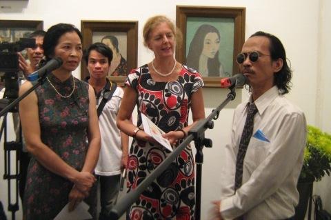 Ông Bùi Thanh Phương giới thiệu tranh Bùi Xuân Phái trong buổi khai mạc triển lãm 2/9.