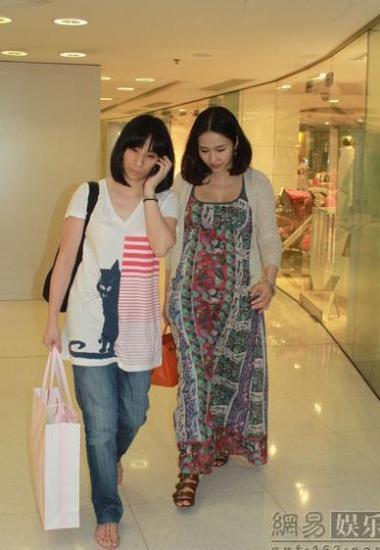 Lê Tư cùng người bạn rời khỏi nơi mua sắm.