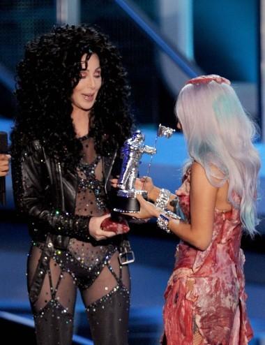 Bộ trang phục của Cher cũng sốc không kém nhưng