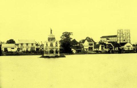 Hình ảnh Tháp Rùa khi còn có tượng Nữ thần Tự do. Phía xa, ở góc phải ảnh, có thể nhìn thấy Nhà hát Lớn.