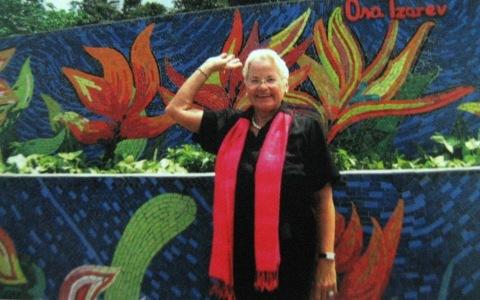 Ana trước tác phẩm của bà trên Con đường Gốm sứ Hà Nội.