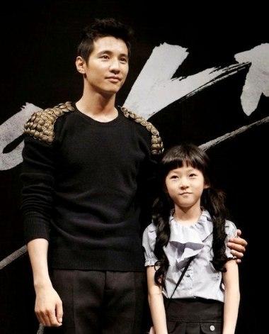Won Bin và Kim Sae Ron trong buổi giới thiệu phim hồi tháng 8. Ảnh: