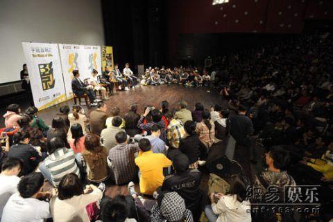 Rất đông sinh viên có mặt tại Học viện điện ảnh Bắc Kinh giao lưu với đoàn làm phim hôm 28/9.