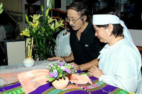 Nhạc sĩ Nguyễn Cường nhìn Y Moan lần cuối và thay mặt gia đình gởi lời cảm ơn những người yêu mến Y Moan đã có mặt trong buổi đưa tiễn.