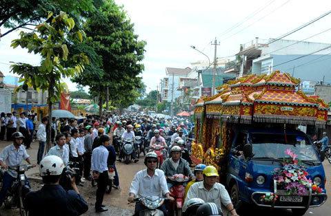 Hàng chục ngàn người dân đưa tiễn NSND Y Moan về nơi yên nghỉ.