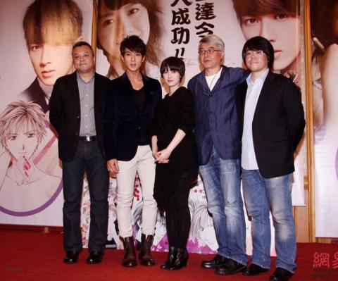 Hai diễn viên chính chụp ảnh cùng các nhà sản xuất.