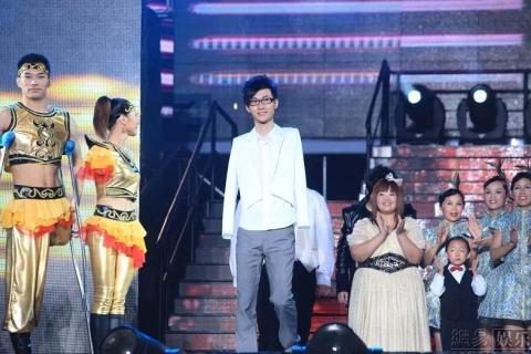 Mọi người chúc mừng chiến thắng của Lưu Vĩ.