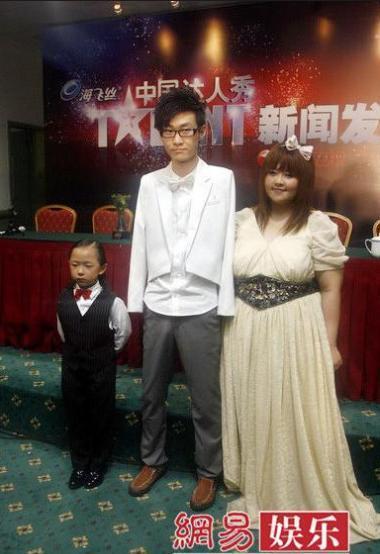 Lưu Vĩ cùng bé Trương Phùng Hỉ và Thái