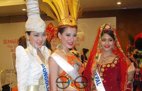 Thục Quyên (giữa) bên người đẹp Mông Cổ và Nepal.