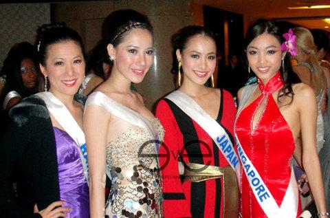 Thục Quyên (thứ hai từ trái qua) bên các người đẹp của khu vực châu Á.