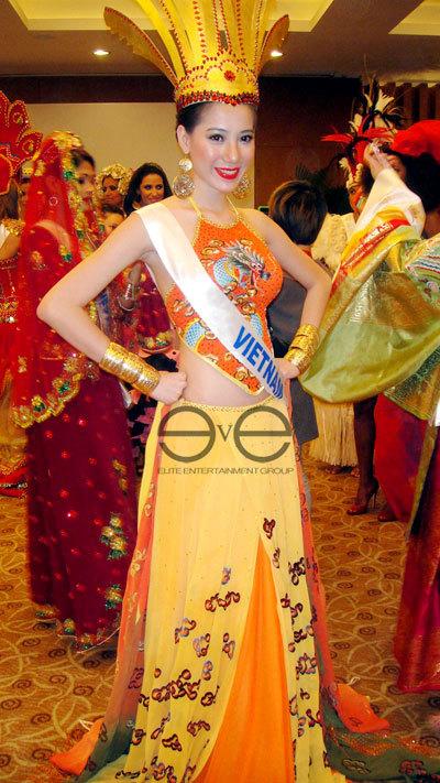 Trang phục của Thục Quyên được đánh giá là lạ mắt trong số các trang phục truyền thống tại cuộc thi.