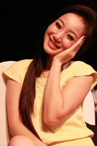 """Kỳ Anh Trang rất hạnh phúc với phần biểu diễn của mình qua ca khúc """"Trả nợ tình xa"""" của nhạc sĩ Tuấn Khanh."""