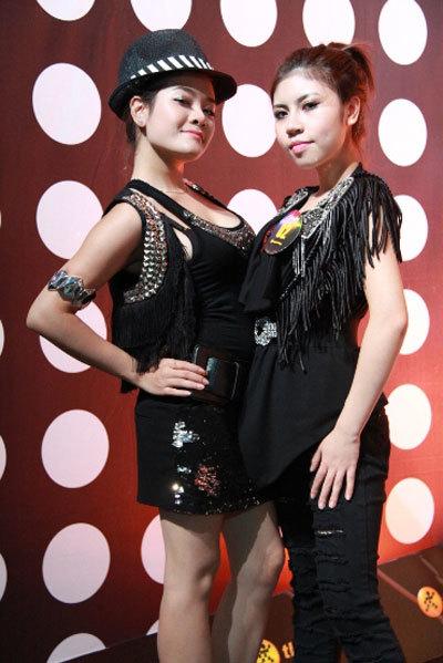 """""""Họa mi"""" Phương Thúy (trái) và Thùy Trang được nhà thiết kế Chung Thanh Phong tạo hình rất đặc biệt và cá tính."""