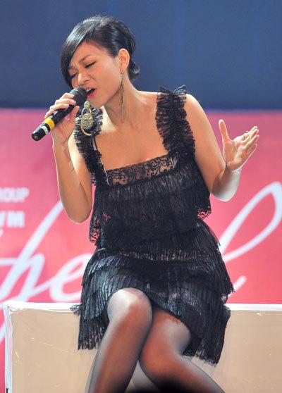"""Thu Minh trình diễn hai ca khúc """"Giác quan thứ 6"""",  """"Những ngày không anh"""". Phần trình diễn khá tốt đã giúp Thu Minh đạt được giải album ấn tượng của tháng."""
