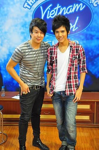 Nguyễn Tấn Đăng Khoa tranh thủ chụp chung tấm hình với thần tượng của mình trước khi luyện tập.