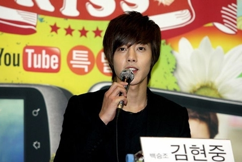 Kim Hyun Joong họp báo trước khi biểu diễn. Ảnh: 163.