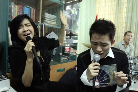 Hai chị em song ca cùng nhau.
