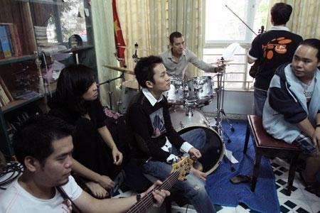Thanh Lam, Tùng Dương trao đổi cùng ban nhạc.