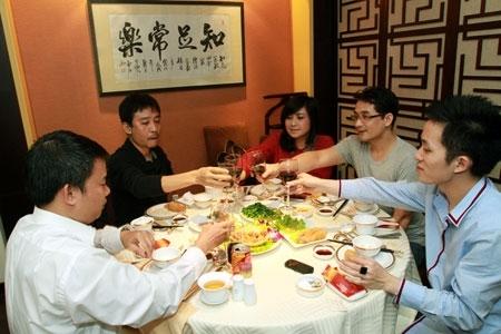 """Sau buổi tập, cả ekip có mặt tại nhà hàng Long Đình (64B Quán Sứ), nâng ly chúc cho """"Yêu"""" thành công."""