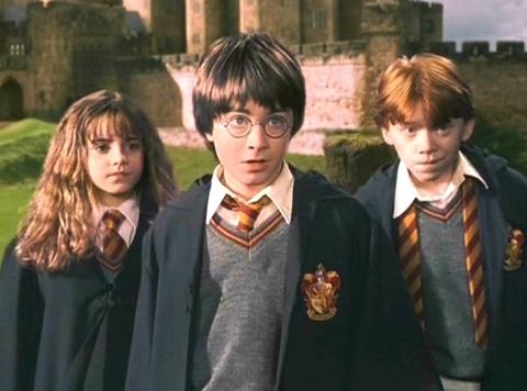 Xấu: Áo choàng Hogwarts ở tập 1 Harry Potter và hòn đá phù thủy. Kiểu dáng không hề tệ nhưng quá già, không phù hợp với những học sinh năm nhất mới 11 tuổi như Harry, Ron và Hermione.