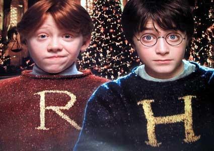 Xấu: Áo len dài tay - quà tặng Giáng Sinh của gia đình Weasley. Mỗi mùa Giáng Sinh Ron lại ngán ngẩm xen lẫn kinh hãi khi chỉ cho Harry thấy chiếc áo len mới nhất mà mẹ cậu, bà Molly, đan tặng. Những năm sau này khi Harry được coi như là một thành viên trong gia đình của Ron, cậu cũng nhận được những chiếc áo len từ Molly nhân dịp Giáng Sinh. Món quà ngộ nghĩnh và không mấy hữu dụng nhưng chất chứa tình yêu của người mẹ.