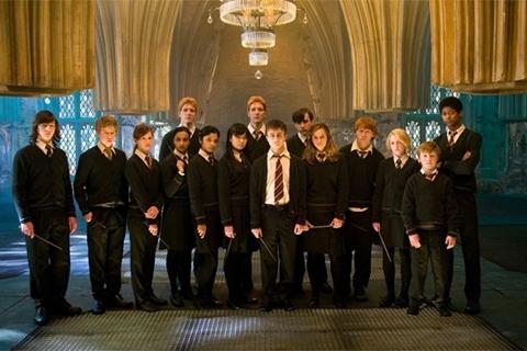 """Đẹp: Trang phục của Đoàn quân Dumbledore ở tập 5. Đội quân gồm hầu hết những phù thủy thiện chiến và dũng cảm do Harry đứng đầu có vẻ ngoài rất """"ngầu"""" và đầy uy lực."""