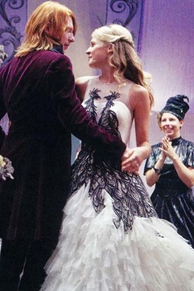 Đẹp: Váy cưới của Fleur Delacour. Chiếc váy xuất hiện trong tập phim mới nhất Harry Potter và Bảo bối tử thần phần 1. Khán giả đều ước giá như cảnh đám cưới giữa Fleur, cô phù thủy Pháp xinh đẹp có dòng dõi tiên nữ, và Bill Weasley, anh trai cả của Ron, kéo dài thêm chút nữa.