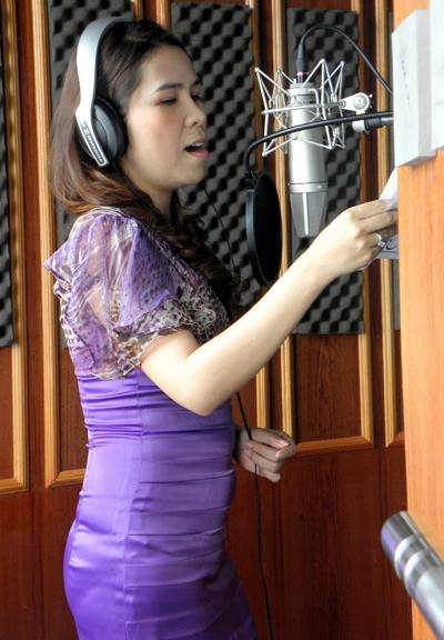 Phòng Thu là nơi để ca sĩ Cẩm Thơ thu âm nhạc của mình.