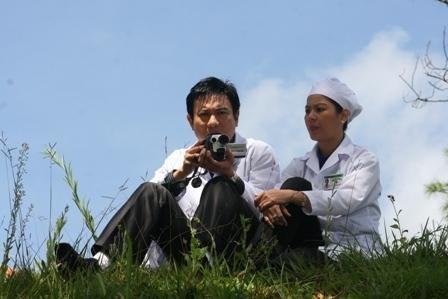 BS Hoàng Dung (Huệ Minh) và BS Quang Trung (Hoàng Phúc) sau giờ làm việc tại bệnh viện Nhân Ái.
