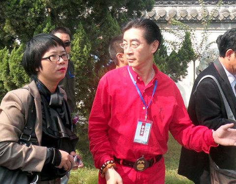 Dịch giả Lệ Chi (trái) và diễn viên Lục Tiểu Linh Đồng tại thành phố Hoài An, tỉnh Giang Tô, Trung Quốc nơi diễn ra hội thảo Văn hóa quốc tế Tây Du Ký lần thứ nhất.
