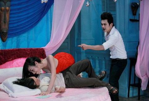 Thiên Minh 'bắt quả tang' Elly Trần đang quyến rũ Hoài Linh trong 'Bóng ma học đường'. Ảnh: Galaxy.