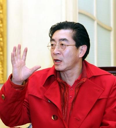 Tâm sự với khán giả Việt Nam, diễn viên kỳ cựu của Trung Quốc cho biết, trong gia đình không chỉ ông và người cha Lục Linh Đồng có duyên với vai diễn Tôn Ngộ Không, mà bốn thế hệ nhà ông đều từng diễn vai này, trên phim hoặc trên sân khấu tuồng Tây Dy Ký ở Trung Quốc.