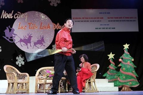 Trong tiếng cổ vũ của các khán giả nhí, Lục Tiểu Linh Đồng đứng dậy diễn tuồng Tôn Ngộ Không.
