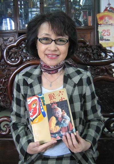 NSƯT Kim Tiến và cuốn tự truyện được diễn viên Lục Tiểu Linh Đồng trao tặng.
