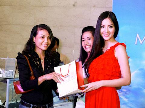 Huỳnh Bích Phương còn đại diện nhà tài trợ tặng quà cho khán giả.