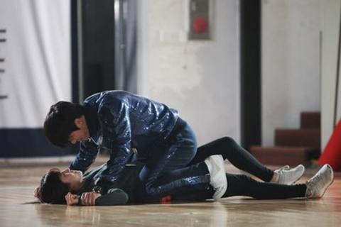 Cảnh gập bụng khiến Hyun Bin