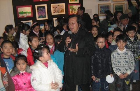 Họa sĩ Lê Anh Vân, Hiệu trưởng trường đại học Mỹ thuật Việt Nam, cùng các em nhỏ trong buổi khai mạc triển lãm hôm 12/1.