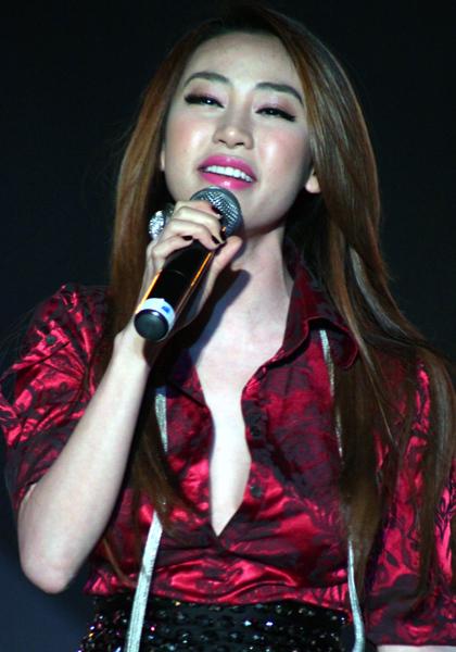Ngân Khánh - học trò Thanh Thảo cũng chọn phong cách sexy khi mặc chiếc áo sơ mi đầy hững hờ.