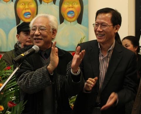 Ông Trần Khánh Chương, Chủ tịch Hội Mỹ thuật Việt Nam và ông Keum Gi Hyung, Giám đốc Trung tâm văn hóa Hàn Quốc tại Việt Nam, cũng có mặt tại buổi khai mạc.