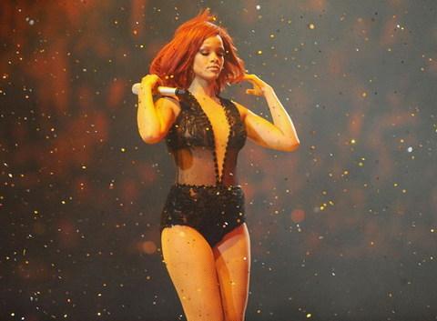 Rihanna biểu diễn bản hit