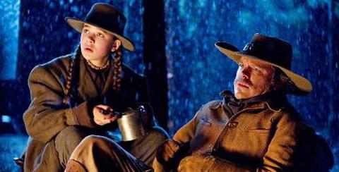 Hailee Steinfeld và Matt Damon trong một cảnh phim. Ảnh: Paramount.