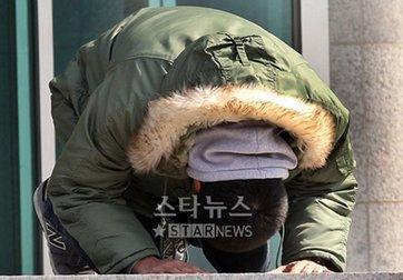 Hyun Bin cúi chào người hâm mộ trước khi nhập ngũ. Ảnh: Star News.