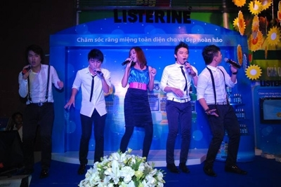 """Siêu mẫu Thanh Hằng đã làm các khán giả có mặt tại chương trình bất ngờ vì khả năng """"cầm mic"""". Cô """"tung hứng"""" khá ăn ý với 4 chàng trai nhóm 4U qua ca khúc """"Những nụ hôn rực rỡ"""" trong bộ phim cùng tên mà cô đóng vai chính vào đầu năm 2010."""