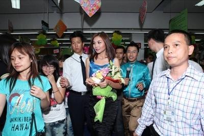 Các khán giả theo người đẹp khi cô vào phía trong siêu thị mua hàng hóa.